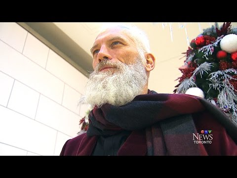 'Fashion Santa' turning heads, taking photos at Toronto mall