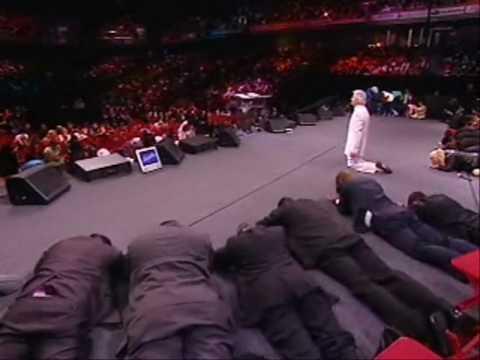 Benny Hinn bows before God (1)
