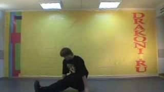 Обучающее видео break dance(брейк-данс): подсечка(Школа танцев «Драконы» (www.DRAKONI.ru): профессиональное обучение верхнему и нижнему break dance, hip-hop., 2008-09-18T10:26:11.000Z)