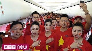 Cổ động viên Việt Nam chào cờ trên không