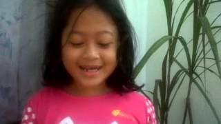 anak dengan gigi ompong menyanyi sebuah lagu untuk temannya