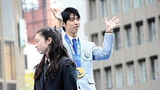 2014年4月26日、ソチ五輪フィギュアスケートで金メダルを獲得した羽生結...