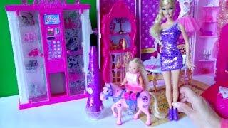 Видео с игрушками про Барби, Челси одна дома и решила украсить глитером пони, любимую лошадку
