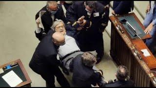 Sgarbi insulta deputata alla Camera, espulso e portato via con la forza (25.06.20)