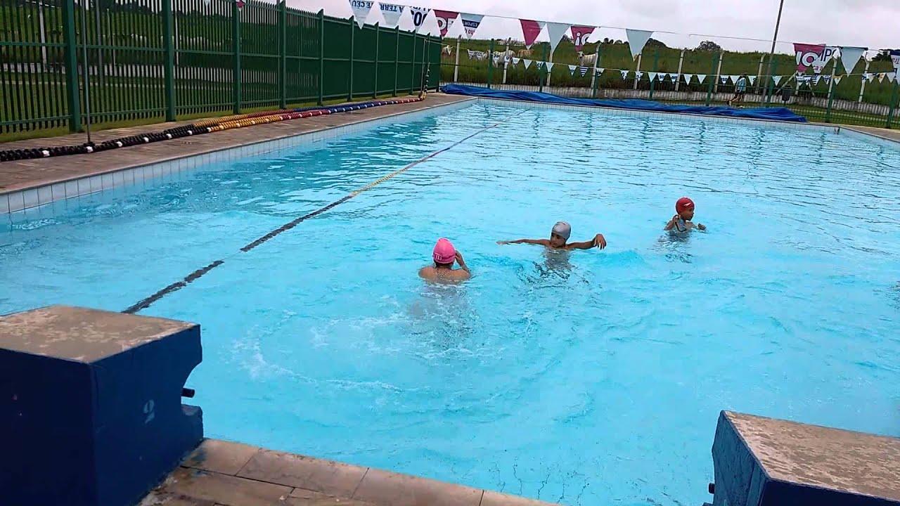 Ana J lia saltando na piscina na nata o