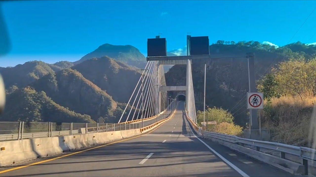 Muy bonito por tuneles y puentes para llegar a la playa