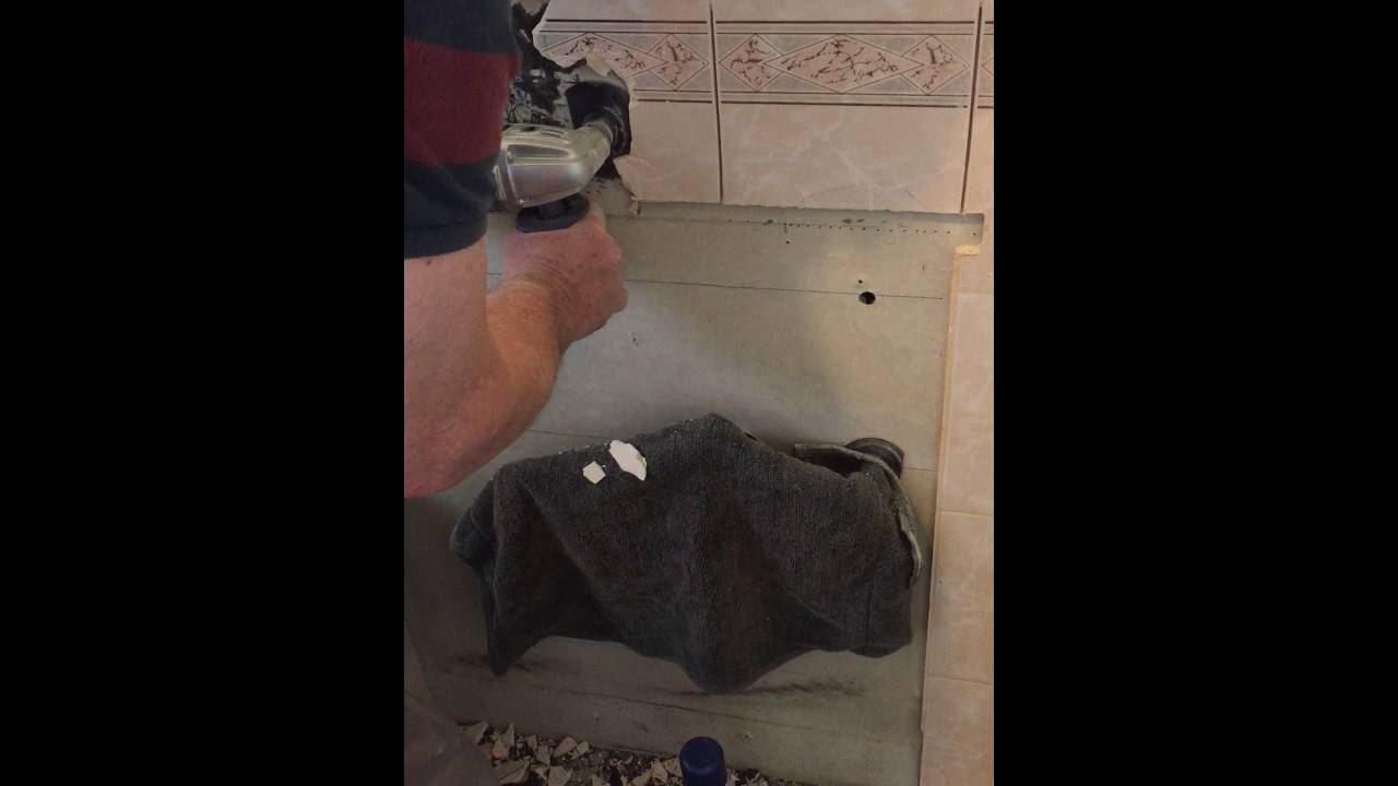 Bathroom Reno 1 Removing wall tiles with a multi function tool