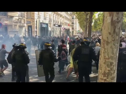 """В Париже во время новой акции """"желтых жилетов"""" произошли стычки протестующих с полицией."""