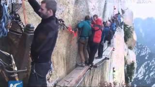 Khám phá con đường nguy hiểm nhất hành tinh trên vách núi Hoa Sơn