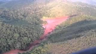 Imagens de celular feitas em helicóptero mostram a devastação após rompimento de barragem