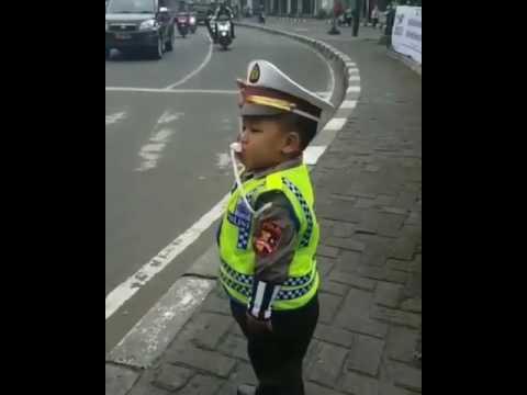 ANAK kecil jadi polisi
