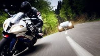 Мотоцикл против автомобиля. Скорость зашкаливает.