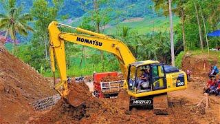 Gambar cover Excavators Dump Trucks Clearing Landslide