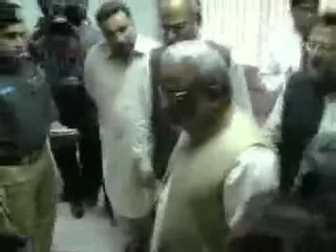 Pakistan Peoples Party (PPP) Politician Arbab Ghulam Rahim Slaping and Abusing