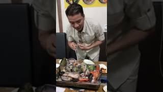 Đàm Vĩnh Hưng hài hước ăn hải sản ở Hàn Quốc