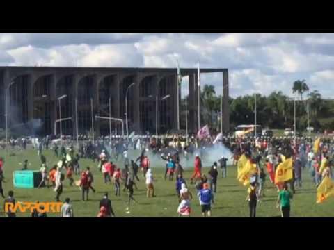 Cavalaria da PM ataca manifestantes em Brasília