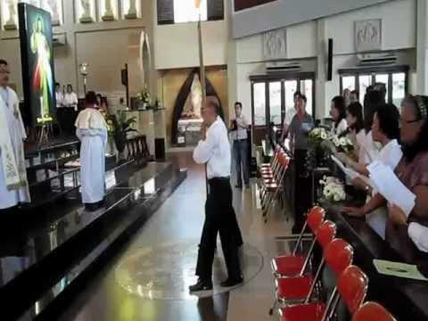 Lagu Misericordias Domini dlm perarakan Relikwi dan gambar Sta Faustina memasuki  grj St Yoseph Plg.
