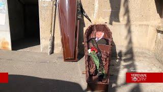 Քաղաքացիները դագաղ են դրել Անդրանիկ Քոչարյանի տան մոտ