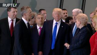 """""""تنحى جانبا يا هذا"""".. ترامب يزيح رئيس وزراء الجبل الأسود ليكون في الصف الأول"""