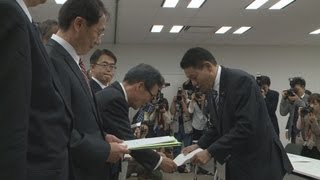 愛知県の大村秀章知事らは7日、文部科学省を訪れ、田中真紀子文部科学...