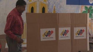 Con retrasos abren centros de votación para los comicios locales en Venezuela