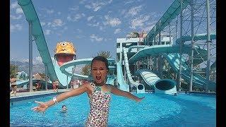 Dolusupark aqua park büyük kaydıraklarda kayma vakti, eğlenceli çocuk videosu