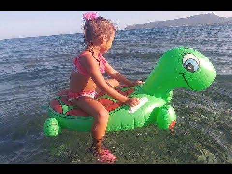 yeşil kaplumbağa ve elif denizde yüzüyor, yarışmalar çok eğlendik , Eğlenceli çocuk videosu