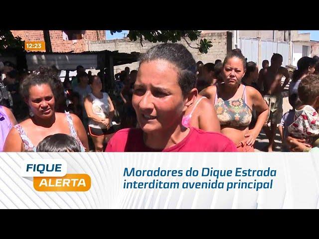 Moradores do Dique Estrada interditam avenida principal e pede agilidade na entrega das casas