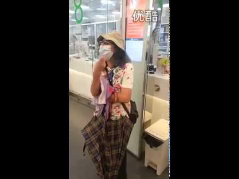 视频: Crazy Racist Lady in Hong Kong post office