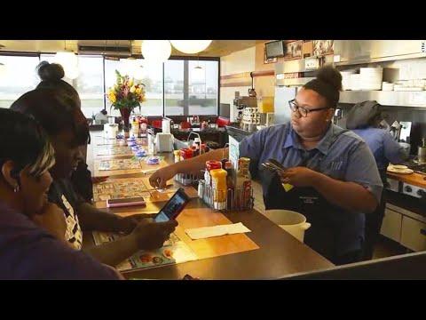 Клиентка запечатлела, что официантка делала с едой старика за прилавком. Это перевернуло её жизнь!