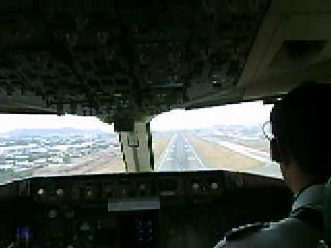 Boeing 767-300 Landing at Guayaquil Cockpit view, final approach