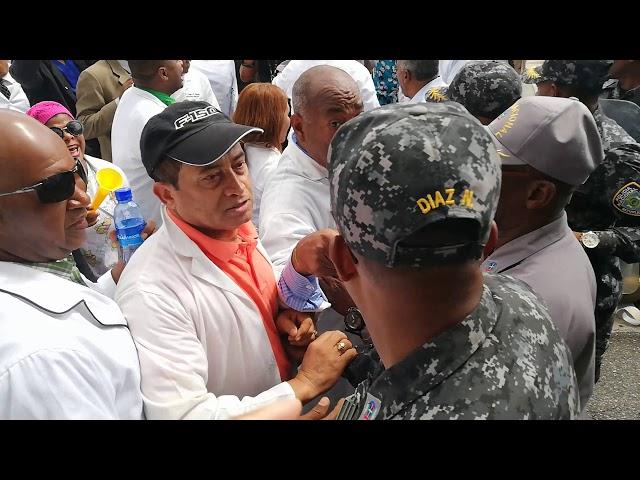 Médicos se enfrentan a la policía en su marcha al Palacio Nacional.