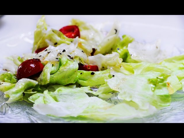 How To Make A Healthy Tomato-Lettuce Salad