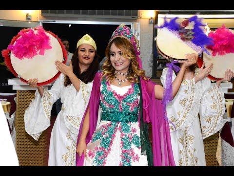 download Kına kızlarıyla davullu bendirli giriş! Salın da gel! Damat da dahil oluyor mutlaka izle!