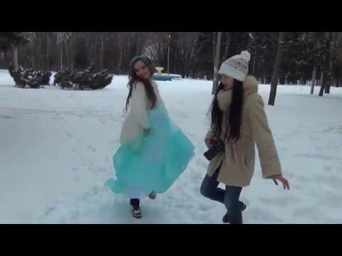 Девушки Сибири фотографируются в купальниках на снегу