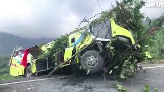 VIDEO: Đang kéo xe gặp nạn từ vực sâu của đèo Hải Vân