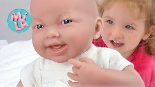 Милусик играет с новой куклой