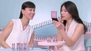女優の井川遥さんと江角マキコさんがピンクのルージュについて語るCMで...