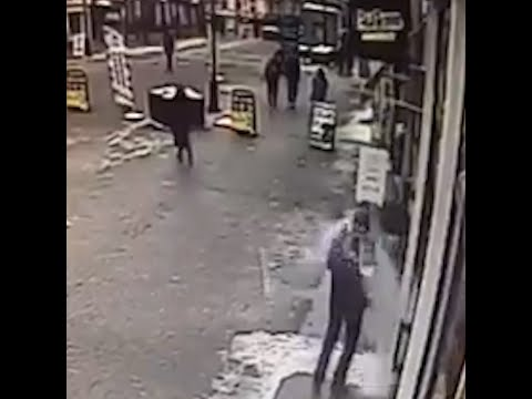 В Екатеринбурге на мужчину упал кусок льда   E1.RU