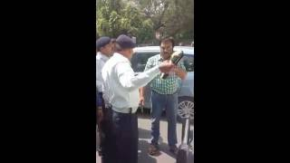 Delhi Traffic Police Fight www.topamazingnews.com