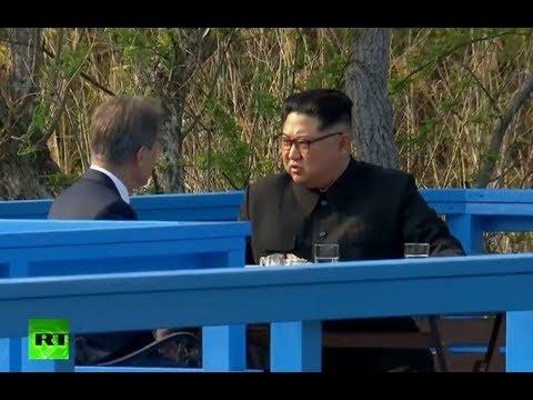 Kim Jong-un y Moon Jae-in dan un paseo durante su encuentro en Panmunjom