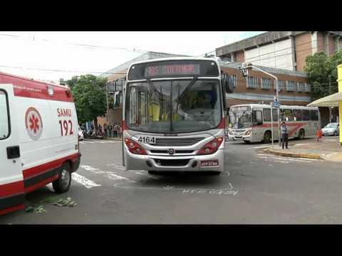 Idosa atravessa fora da faixa e é atropelada por ônibus