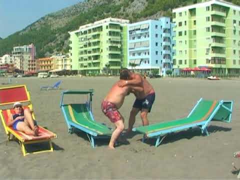 Moni ne Plazh - Humor Shqip