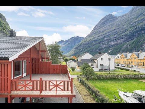 SUNNDALSØRA - Pent oppusset 4-roms leilighet med vannbåren varme og carport!