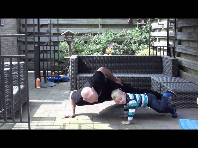 Borstspieren thuis trainen - opdrukken op 1 arm met een dondersteen