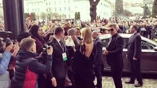 Періс Хілтон дає автограф Юренятку (відео з інстаграму Paris Hilton)