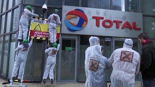 Des militants d'Attac repeignent en noir le siège de Total