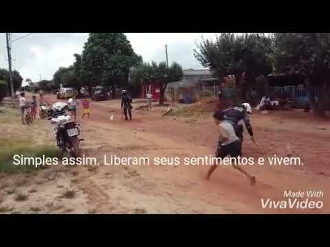 Vídeo que mostra policiais de MT brincando com crianças em bairro carente ganha redes sociais: não podemos perdê-las para o crime