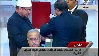 وزير الأوقاف يهدي السيسي