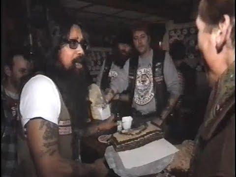 Jan Lenferink bezorgt een taart aan de Hells Angels (RUR)